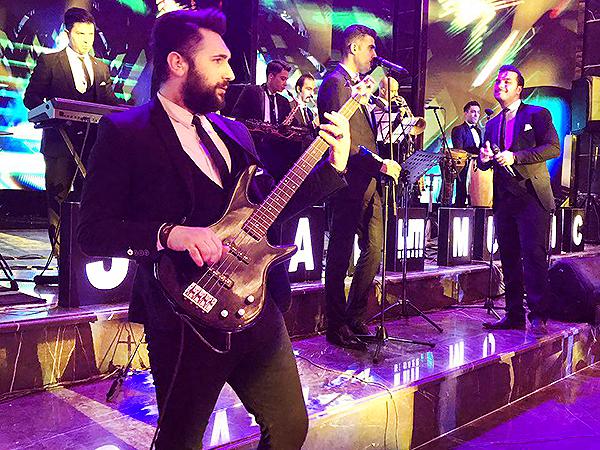 گروه موسیقی جشن پژواک بزمینه
