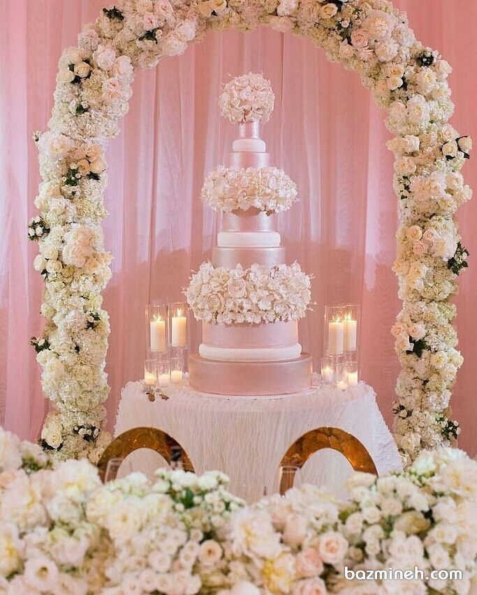 کیک چند طبقه و گل آرایی زیبا مناسب برای جشن های باشکوه عروسی و نامزدی