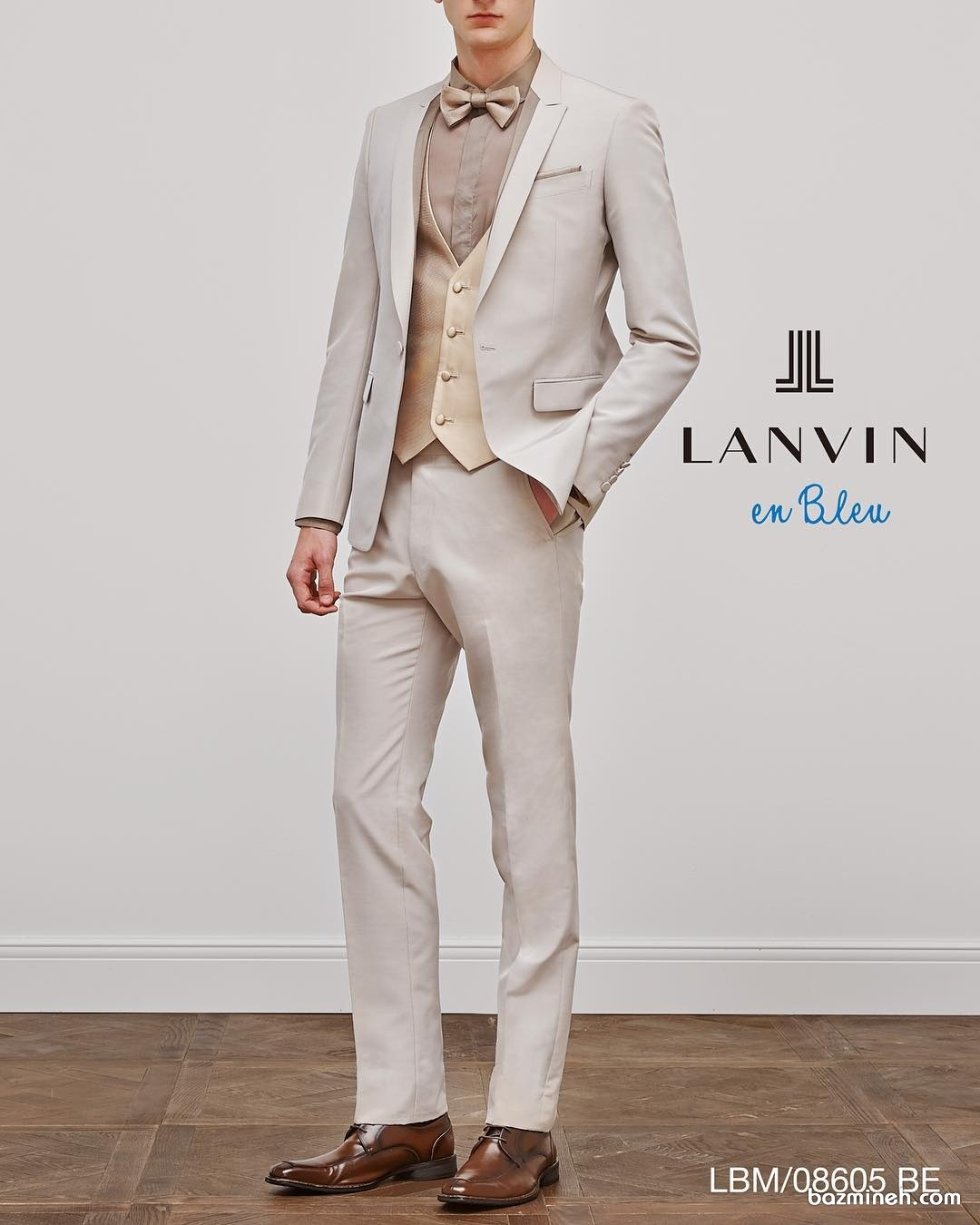 ست کامل لباس آقا داماد مناسب برای جشن نامزدی. به تناسب رنگ پاپیون داماد و کفش او با رنگ کت و شلوار دقت کنید.