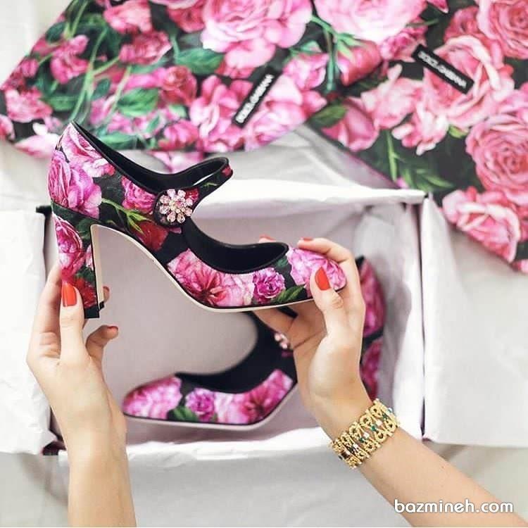کفش پاشنه بلند مشکی با گل های صورتی ایده ای متفاوت برای عروس خانم ها