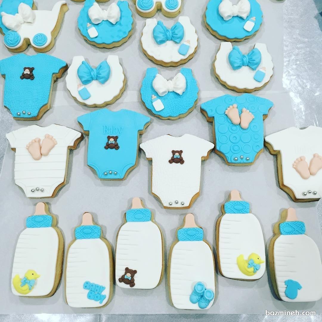 کوکی های بامزه با طرح لباس نوزادی و شیشه شیر مناسب برای جشن بیبی شاور پسرانه