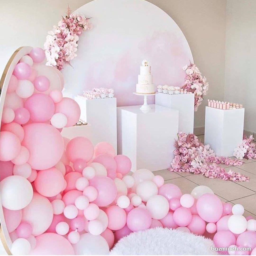 بادکنک آرایی و دکوراسیون ساده و شیک جشن تولد یا نامزدی با تم سفید و صورتی
