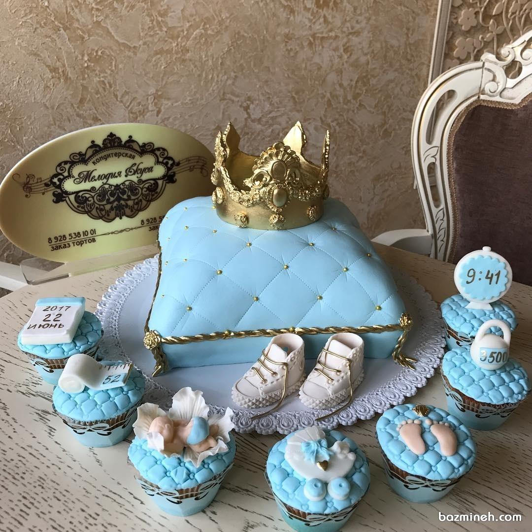کیک فوندانت به همراه کاپ کیک های بامزه مناسب برای جشن بیبی شاور پسرانه