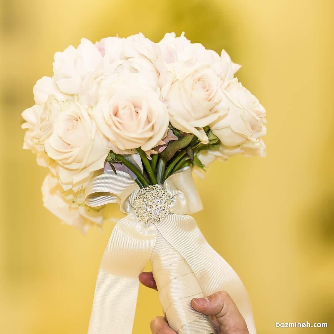 گل عروس به رنگ ملیح با ربان شیری و سنجاق نگین دار مناسب عروس خانمهای کلاسیک پسند