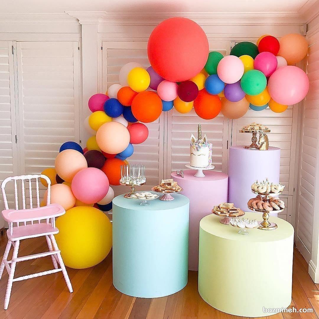 دکوراسیون و بادکنک آرایی جشن تولد کودک با بادکنک های رنگی و کیک اسب تک شاخ