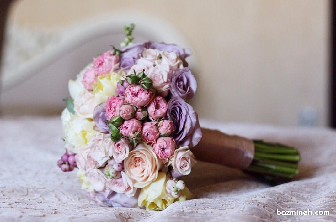 دسته گل زیبای عروس با گل های رنگی