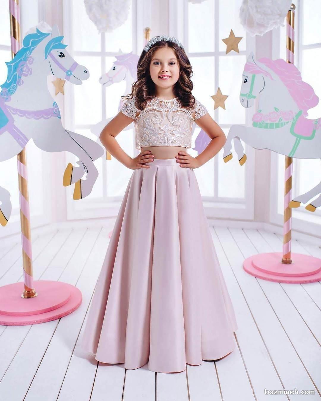 لباس مجلسی ماکسی دخترانه به رنگ صورتی کم رنگ مناسب برای جشن تولد خانم کوچولوها