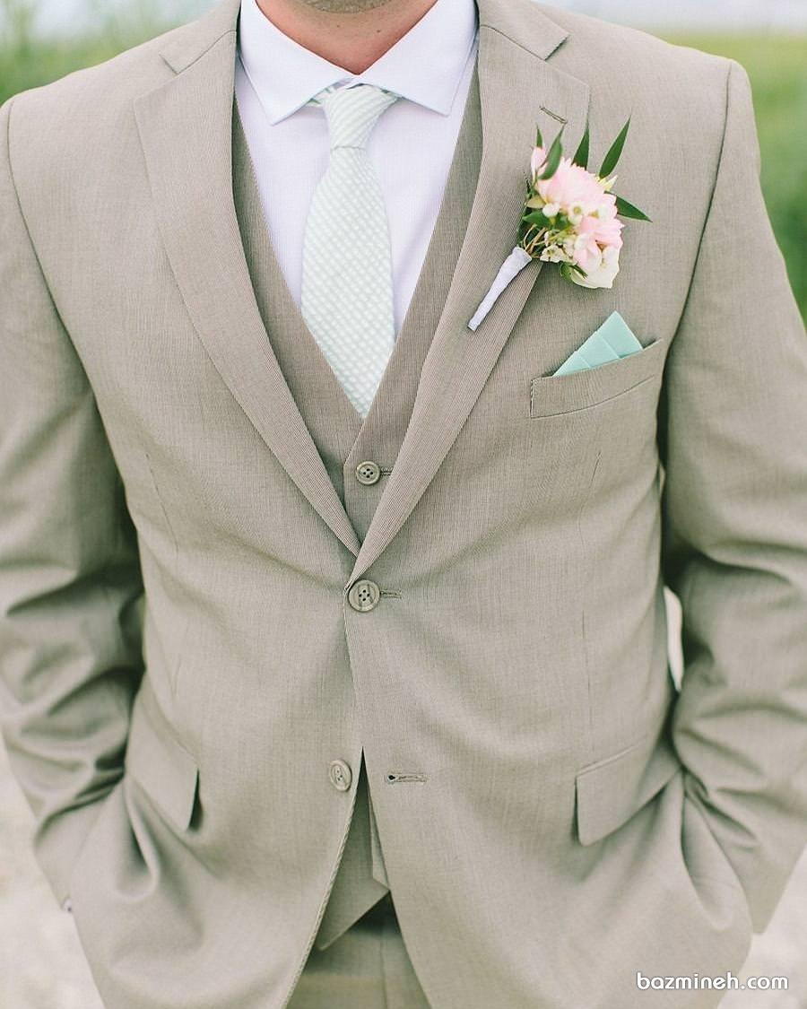 ست لباس داماد با پیراهن و کروات روشن مناسب برای جشن نامزدی
