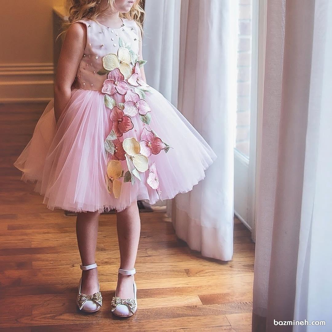 لباس مجلسی کوتاه دخترانه صورتی با دامن پفی توری و گل های گیپور و مروارید