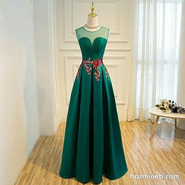 لباس مجلسی بلند زنانه سبز رنگ با گل های گیپور قرمز مناسب برای ساقدوش های عروس