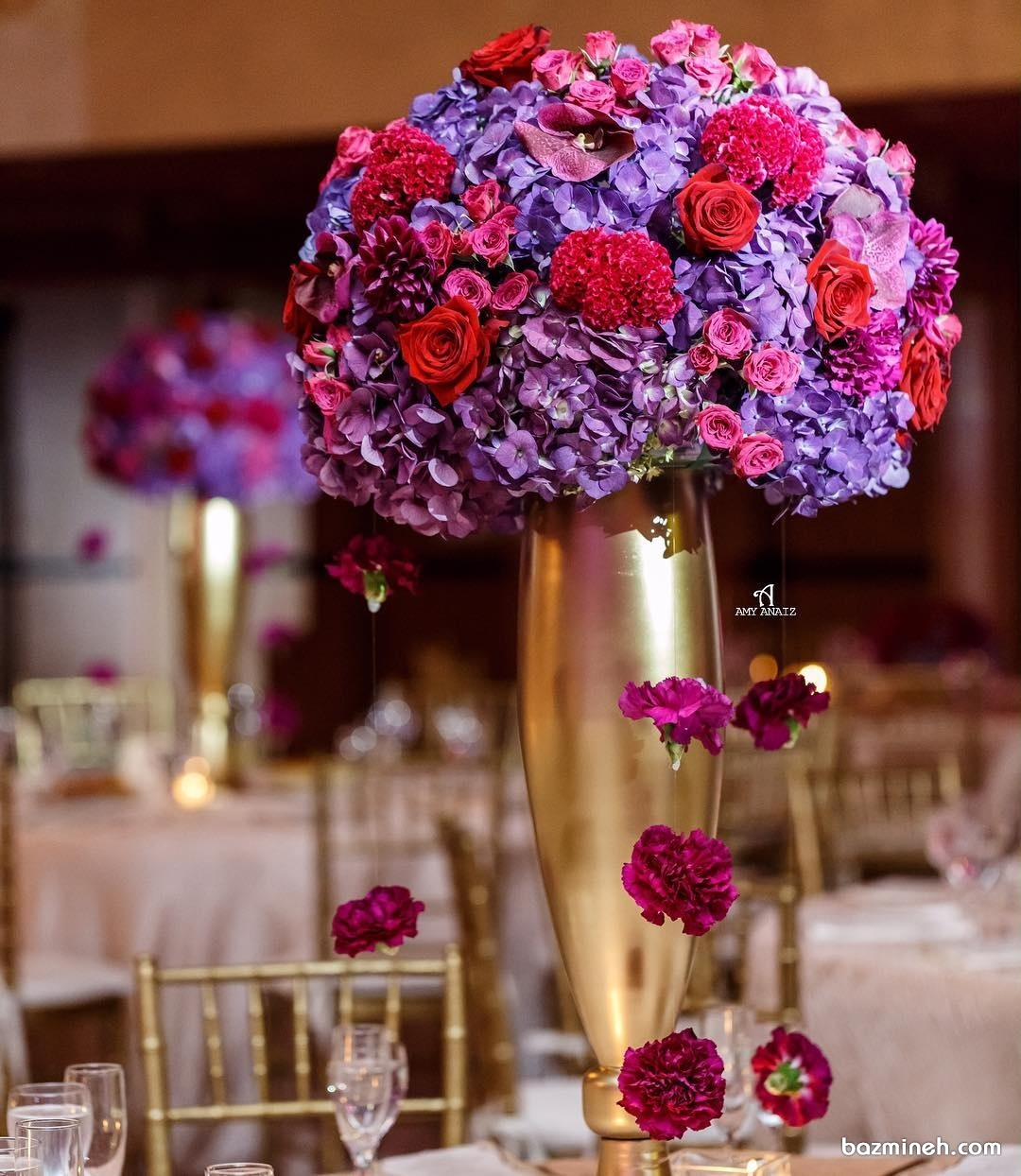 گل آرایی باشکوه میزهای پذیرایی به همراه گلدان های طلایی