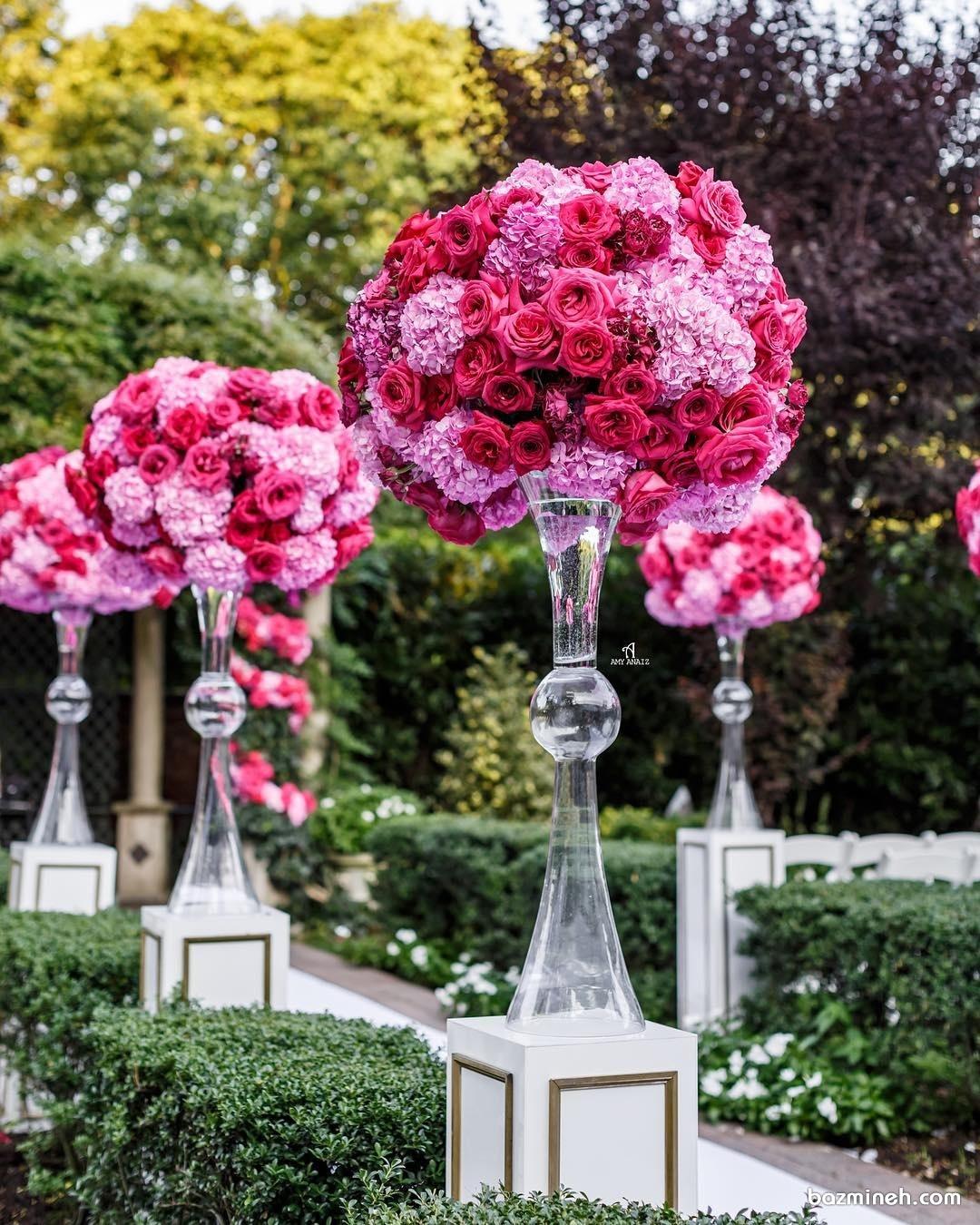 دکوراسیون درب ورودی سالن های جشن با گلدان های کریستالی و گل های رز قرمز و صورتی