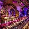 دکوراسیون شیک و منحصر به فرد سالن مجالس باشکوه تزئین شده با گل های ارکیده صورتی و شمع آرایی