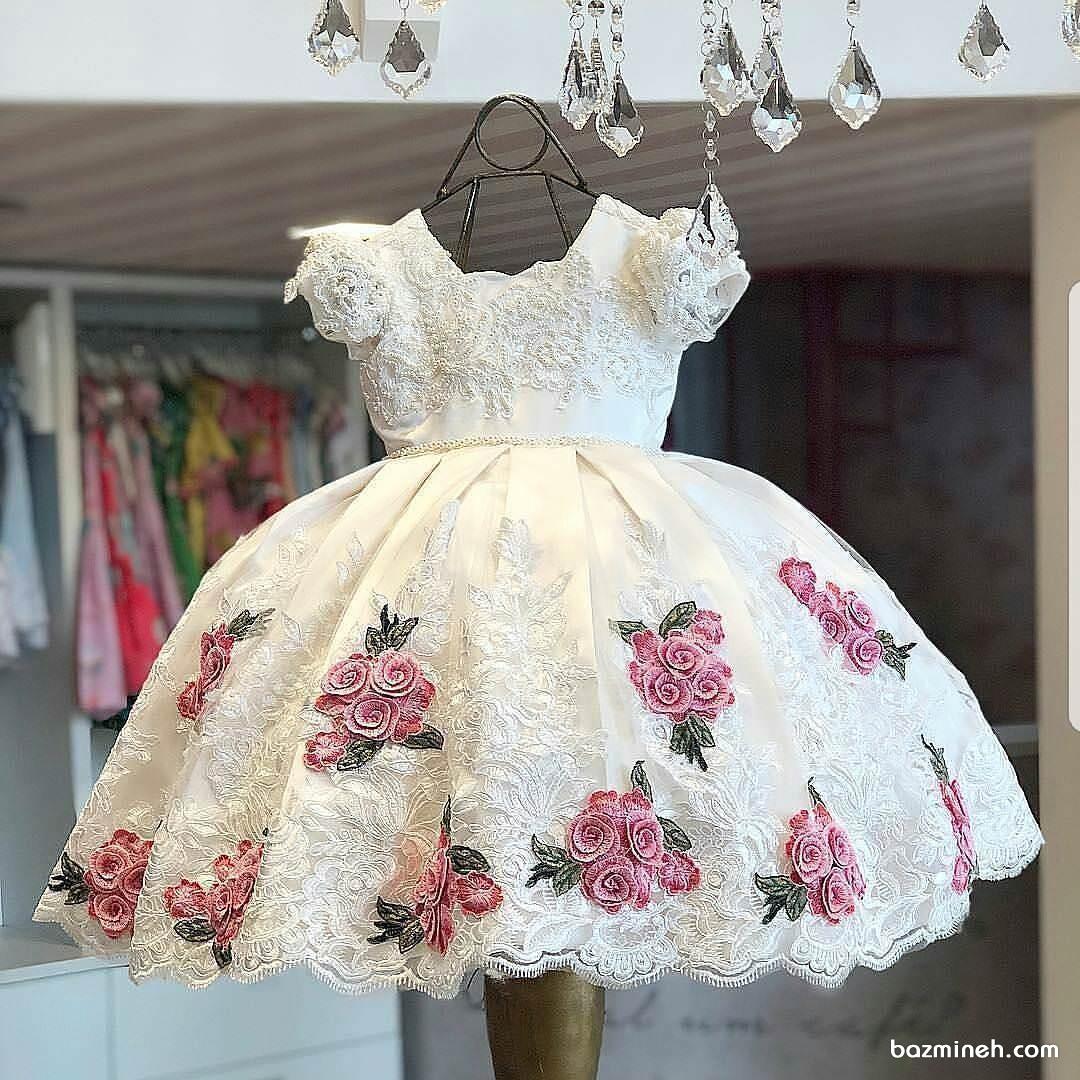 پیراهن مجلسی کوتاه دخترانه سفید با گل های گیپور قرمز مناسب برای جشن تولد فرشته کوچولوها