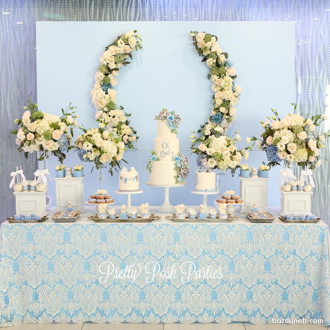 دکوراسیون شیک جشن بیبی شاور پسرانه با تم سفید آبی همراه با گل آرایی
