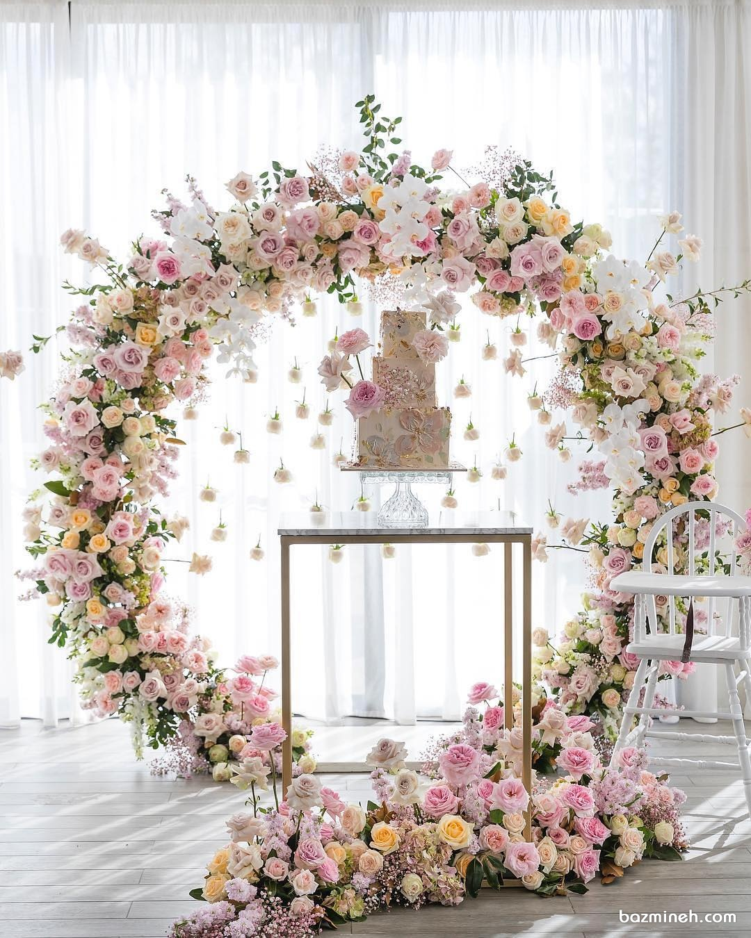 دکوراسیون زیبای جشن تولد دخترانه همراه با گل آرایی گل های طبیعی