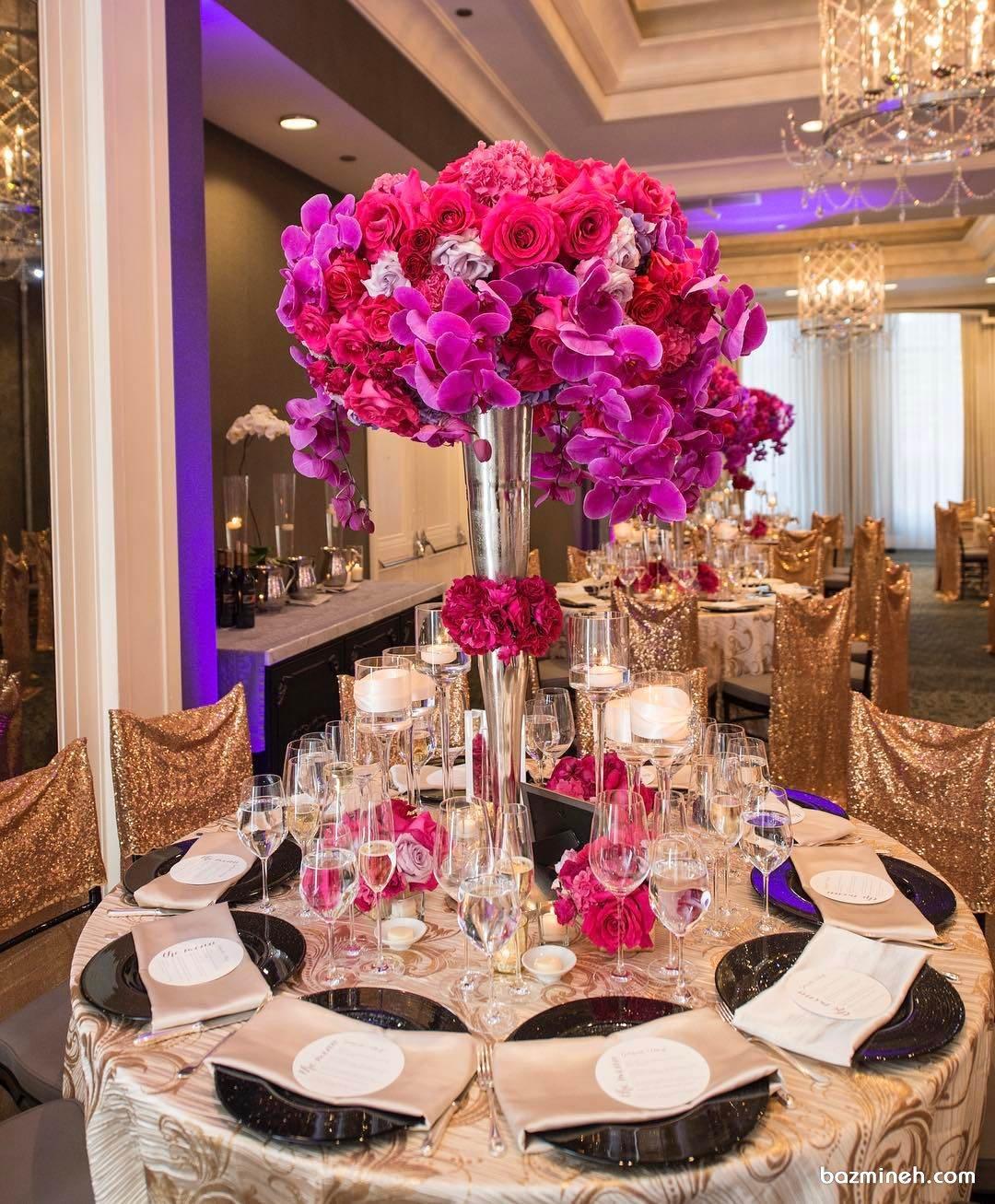 دیزاین زیبای میز پذیرایی مجالس باشکوه با گل های رز و ارکیده صورتی
