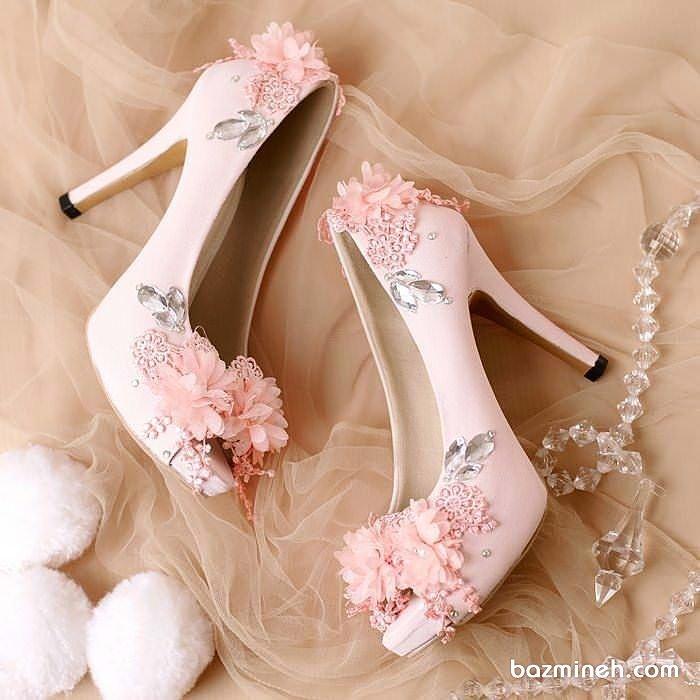 کفش پاشنه بلند جلوباز صورتی با گل های توری مناسب برای ست کردن با لباس نامزدی