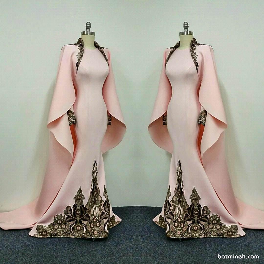 لباس مجلسی بلند شنل دار با پارچه صورتی طرح دار مناسب برای عروس خانم ها در مراسم عقد