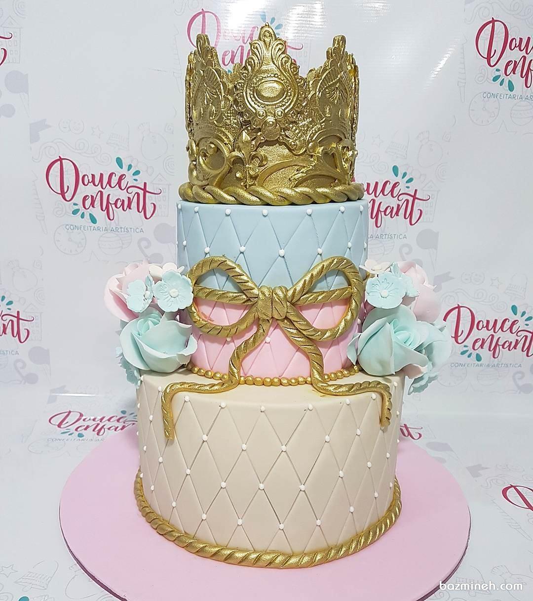 کیک فوندانت فانتزی جشن بیبی شاور تزیین شده با تاج و پاپیون طلایی