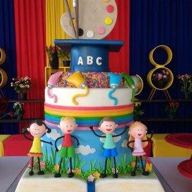 کیک فوندانت جشن تولد کودک یا جشن الفبا با تم رنگین کمان و رنگ روغن و پالت