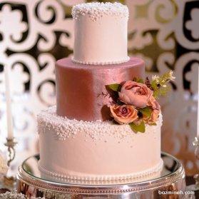 کیک سه طبقه جشن نامزدی یا سالگرد ازدواج تزیین شده با گل های زیبا