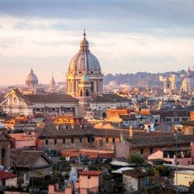رم، پایتخت ایتالیا قدمتی چندین هزار ساله    دارد. با آب و هوایی معتدل مدیترانه ای مقصدی جذاب برای سفر به حساب می آید. بهار و پاییز بهترین زمان سفر به رم است.