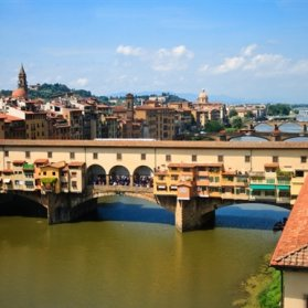 فلورانس یکی از زیباترین شهرهای تاریخی جهان است که آب و هوایی معتدل دارد. کلیسای جامع فلورانس، Ponte Vecchio و باغهای بابولی را حتما بازدید کنید.