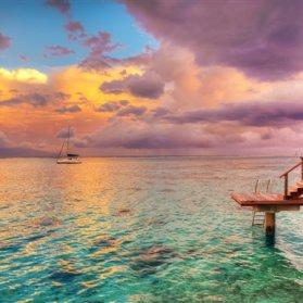 تاهیتی جزیرهای مرتفع و کوهستانی است که تپههای مرجانی فراوان دارد. بر اساس رنکینگ U.S. News & World Report ، این جزیره بهترین محل ساحلی جهان برای ماه عسل است.