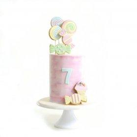 کیک زیبای جشن تولد هفت سالگی کودک با تم آبنبات و شکلات های رنگی