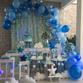 دکوراسیون و بادکنک آرایی زیبای جشن تولد یکسالگی پسرانه با تم سفید آبی و ابر و ستاره