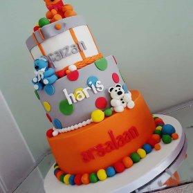 کیک چند طبقه با طرحی پسرانه مناسب برای جشن تولد سه قلوها