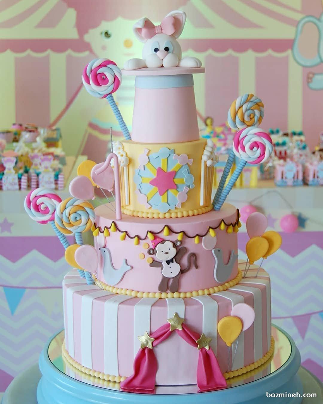 کیک چند طبقه جشن تولد کودک با تم آبنبات و خرگوش شعبده بازی