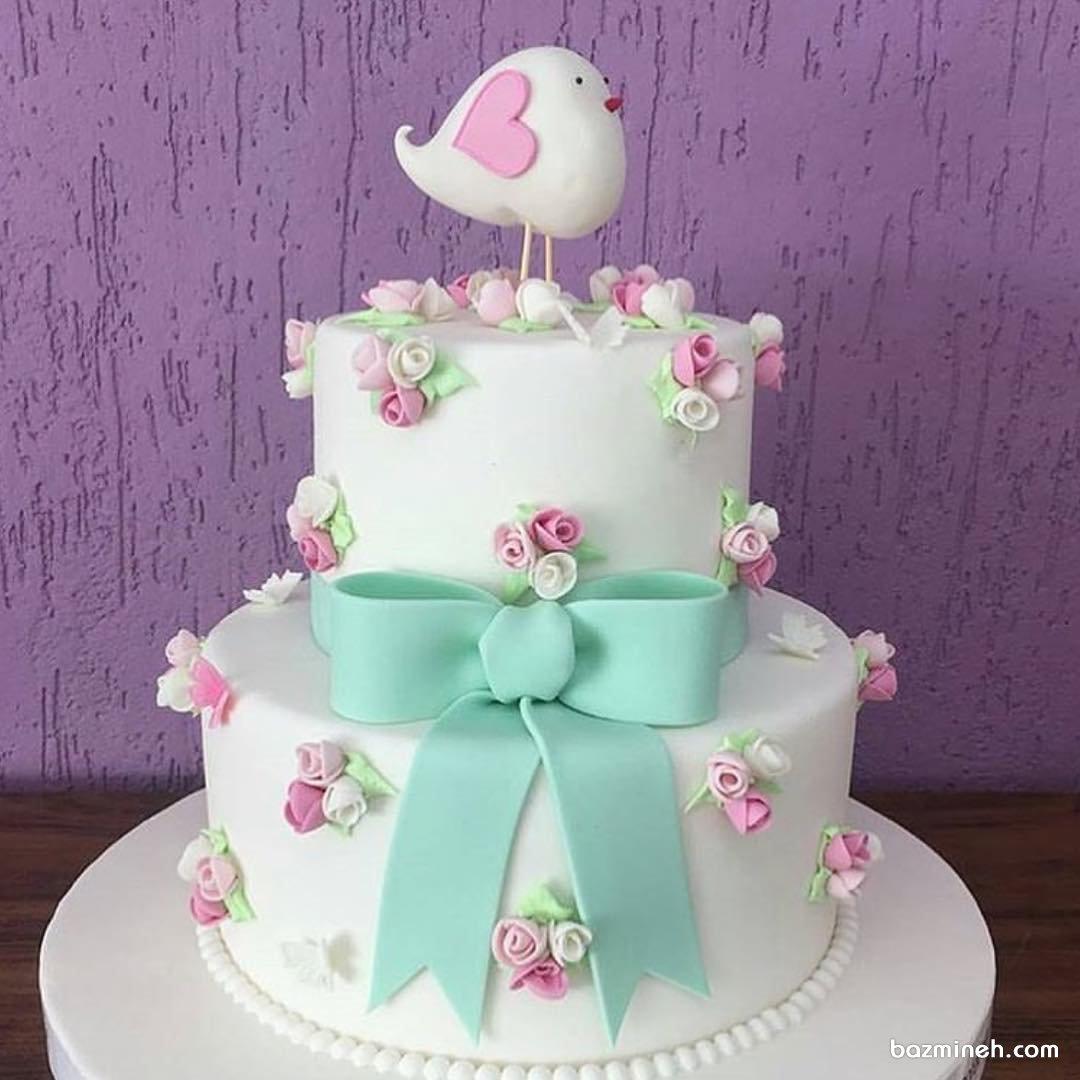 کیک فانتزی جشن تولد دخترانه تزیین شده با غنچه های سفید صورتی