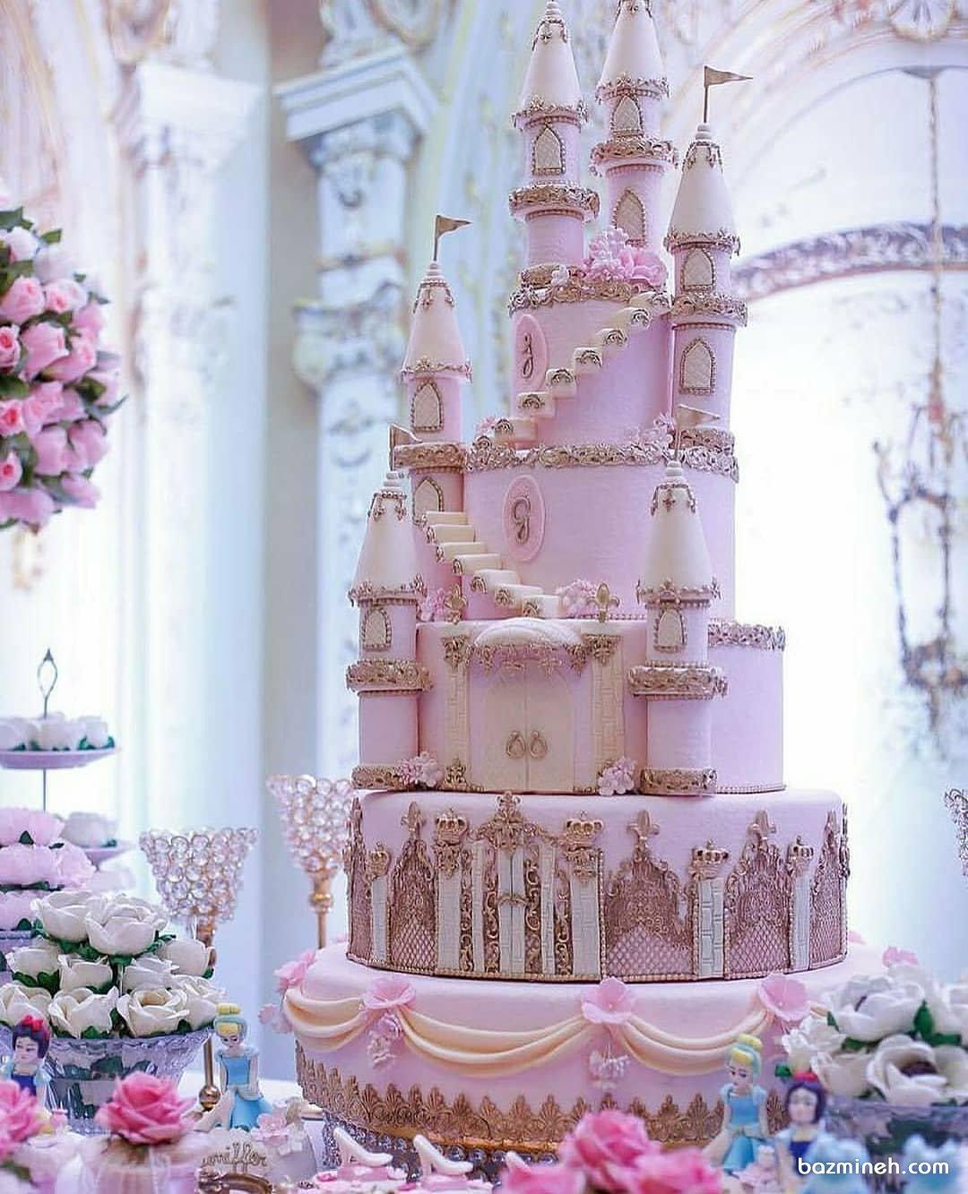 کیک چند طبقه جشن تولد دخترانه به شکل قلعه با تم صورتی
