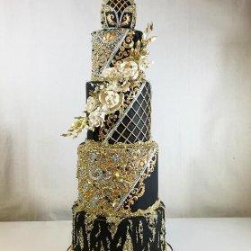کیک شیک جشن نامزدی یا عروسی به رنگ مشکی تزیین شده با طرح های خاص طلایی