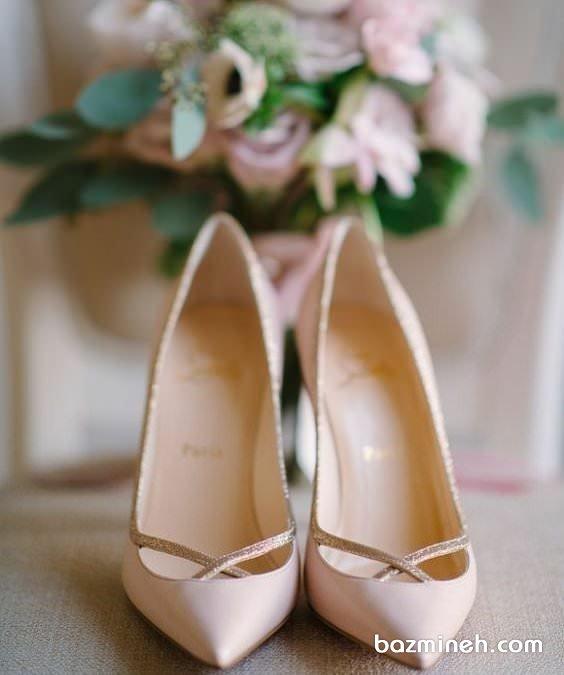 کفش پاشنه بلند نوک تیز کرم رنگ مناسب برای عروس خانم های ساده پسند