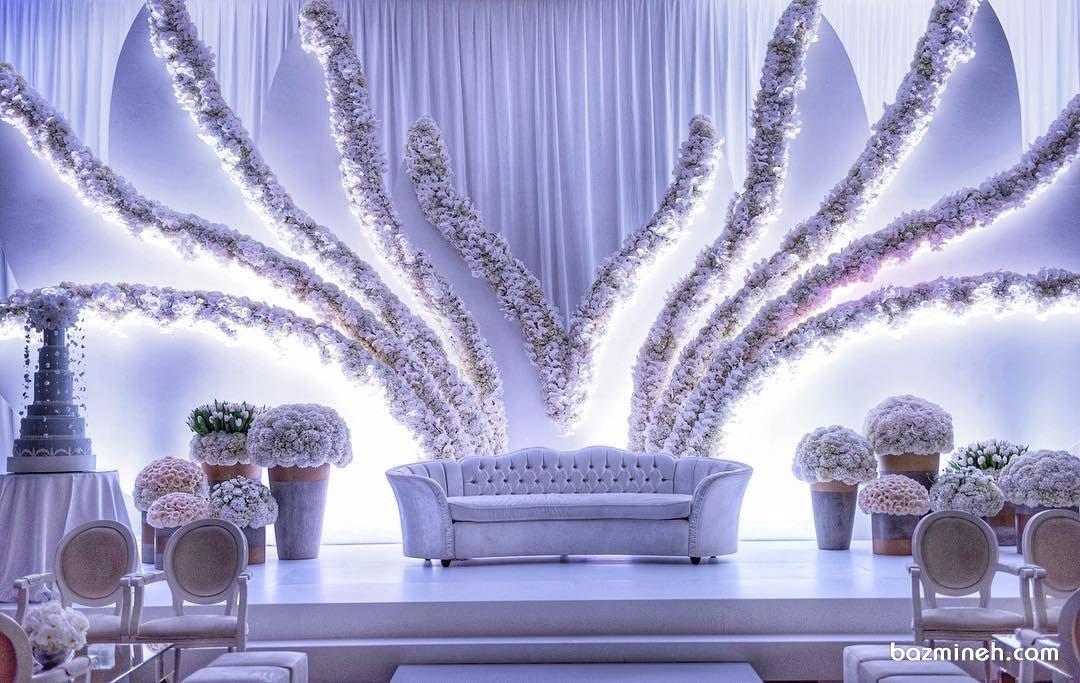 گل آرایی و نورپردازی زیبای جایگاه عروس و داماد در تالار عروسی