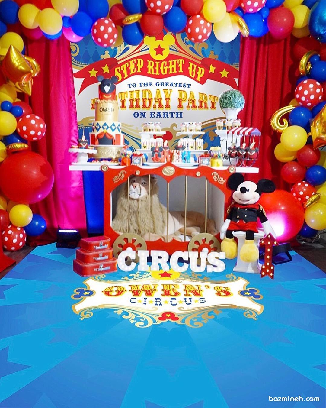 دکوراسیون و بادکنک آرایی شاد و رنگارنگ جشن تولد کودک با تم سیرک و ایده درست کردن قفس شیر در پایین میز پذیرایی