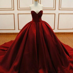 لباس باشکوه نامزدی دکلته با پارچه ی مخمل قرمز و دامن پفی دنباله دار