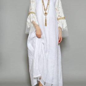 مانتو عقد بلند سفید رنگ با آستین های طرح دار مناسب برای عروس خانم های ساده پسند