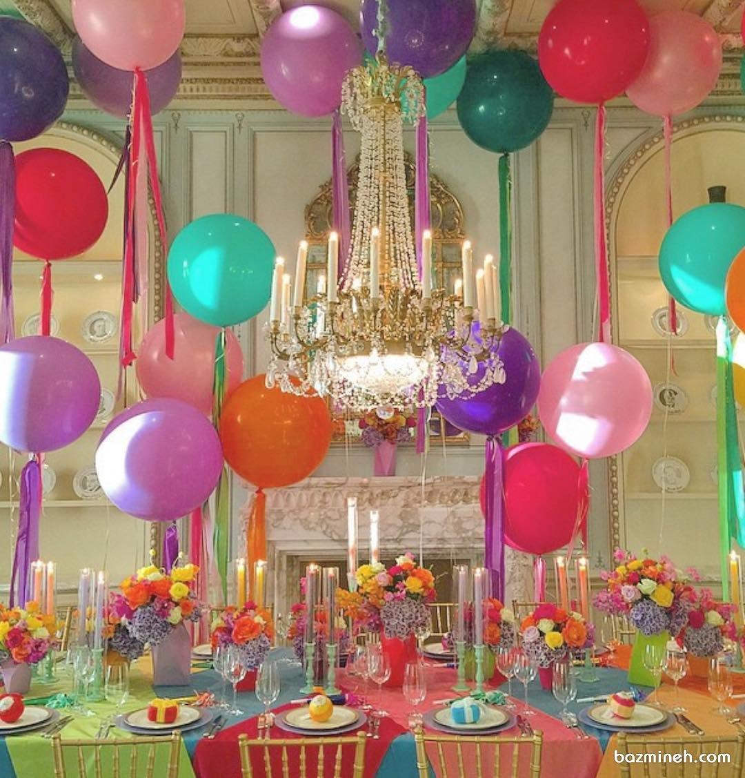 دکوراسیون و بادکنک آرایی شاد و رنگی میز پذیرایی جشن تولد کودک همراه با گل آرایی زیبای میزها