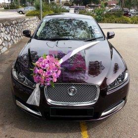 ماشین عروس با تزیین گلهای بنفش