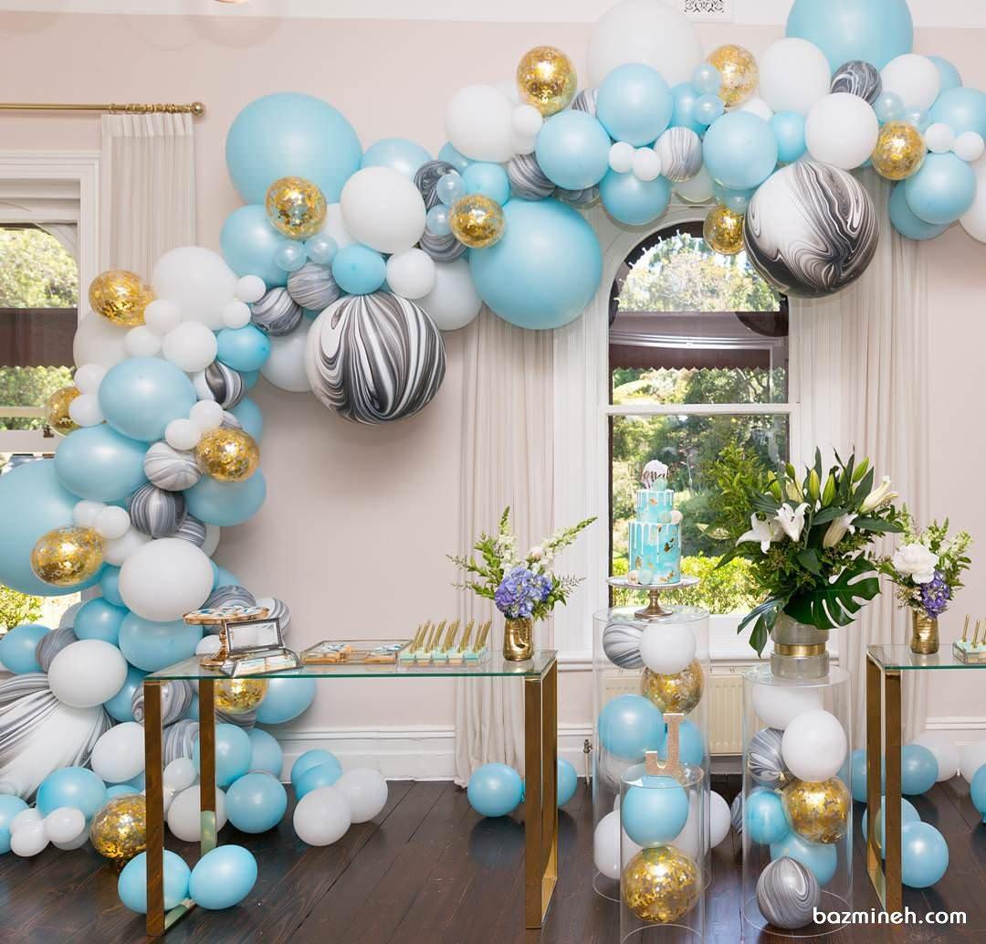 دکوراسیون و بادکنک آرایی جشن تولد بزرگسال با تم سفید، آبی، طوسی و طلایی