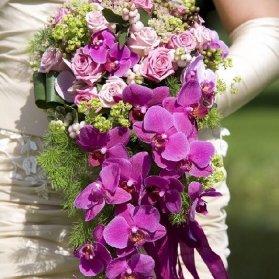 دسته گل شیک ترکیبی از رز صورتی، گلهای وحشی و ارکیده بنفش به صورت آبشاری