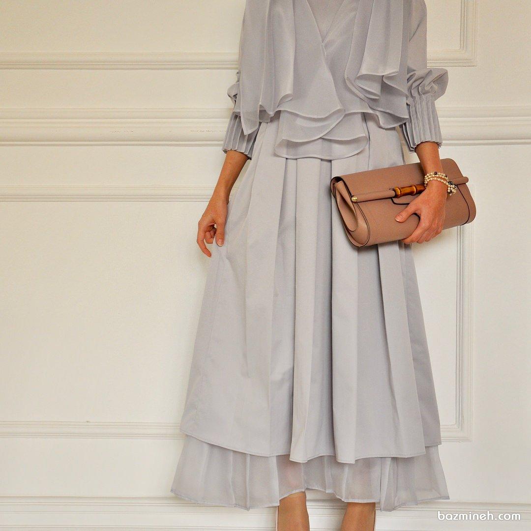 مدل شیک و زیبای مانتو عقد نقره ای رنگ با یقه مدل دار و دامن بلند مناسب برای عروس خانم های خوش سلیقه