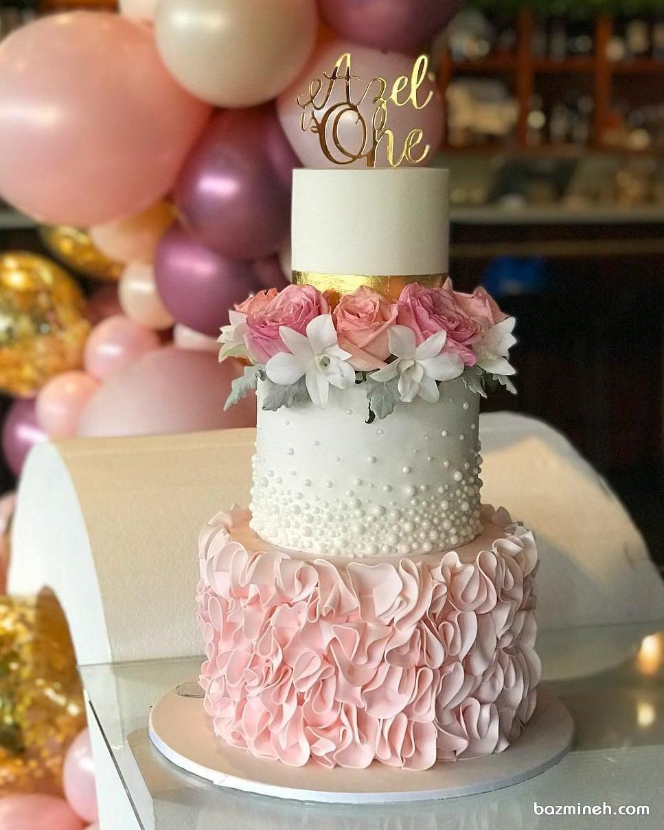 کیک چند طبقه زیبای جشن تولد دخترانه با تم سفید صورتی تزیین شده با گل و مروارید