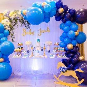 دکوراسیون زیبای جشن بیبی شاور پسرانه با تم آبی طلایی همراه با بادکنک آرایی و گل آرایی