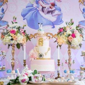 دکوراسیون میز پذیرایی جشن تولد دخترانه با تم آلیس در سرزمین عجایب (Alice in Wonderland)