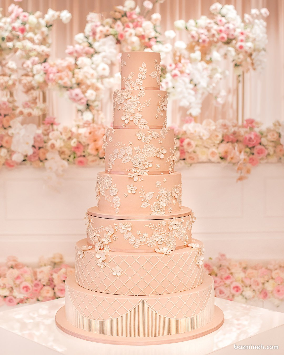 کیک چند طبقه جشن نامزدی یا عروسی با تم گلبهی تزیین شده با گل های برجسته